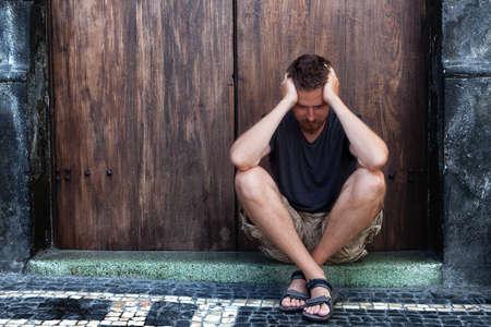 faccia disperata: Depressione concetto - uomo triste e povero sulla strada