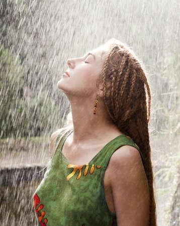 Frau erfrischend im Freien in der regen Standard-Bild