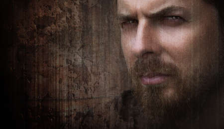 hombre con barba: Retrato artístico sucio del hombre fresco con ojos bonitos