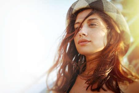 mujer sola: Candid verano retrato de la hermosa chica adolescente Foto de archivo
