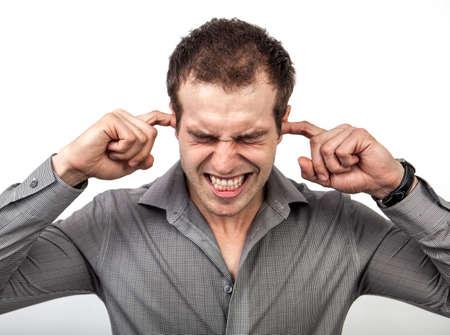 ruido: Demasiado ruido o el concepto de presión - hombre que cubra las orejas para algo de silencio Foto de archivo
