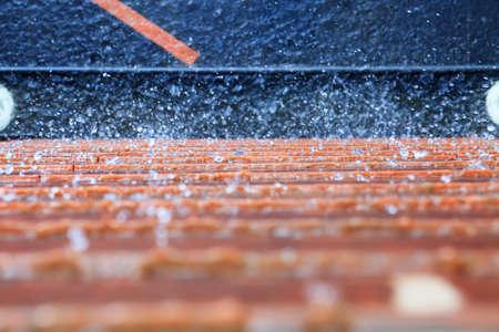 kropla deszczu: Streszczenie tle rozbryzgi wody na niebieskim ścianie pomarańczowy