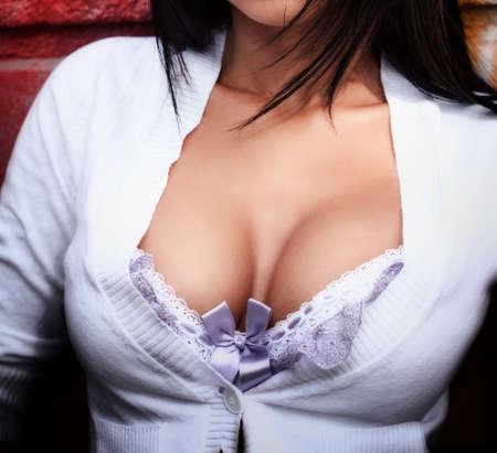 Расщепление - крупным планом на большом естественном сексуальный сиськи Фото со стока
