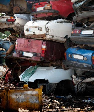 oxidado: Cementerio de coches - pila de coches oxidados dañados viejos