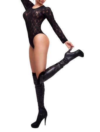 botas: Mujer con las piernas largas atractivas y botas de cuero aislados en blanco