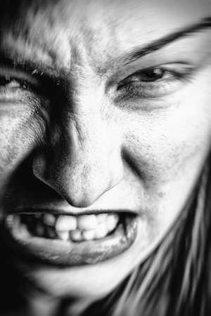 gente loca: Rostro de mujer enojada estresado con la expresión asustadiza Foto de archivo