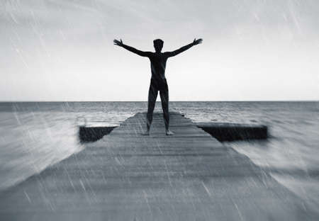 silueta hombre: La libertad en el concepto de naturaleza - hombre feliz libre bajo la lluvia