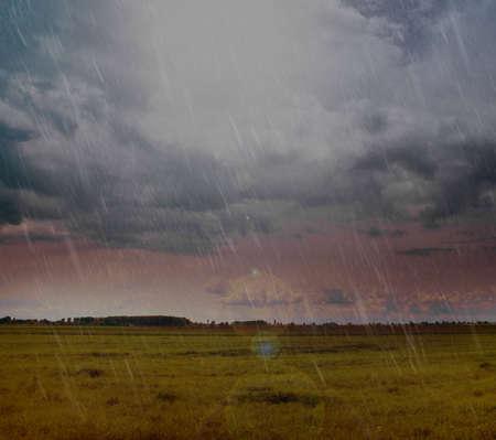 raining: Paisaje de la lluvia y las nubes sobre el campo de país Foto de archivo