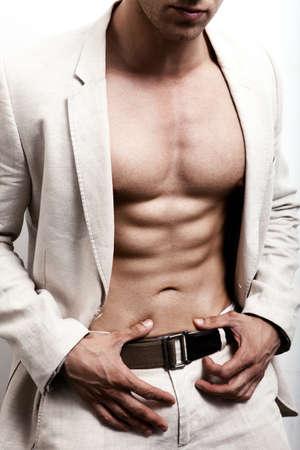 fitness hombres: Hombre con abs sexy y elegante traje