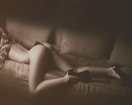 ragazza nuda: Corpo della ragazza nuda con l'asino e le gambe
