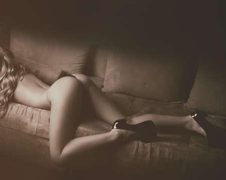 mujeres jovenes desnudas: El cuerpo de la chica desnuda con el culo y las piernas sexy