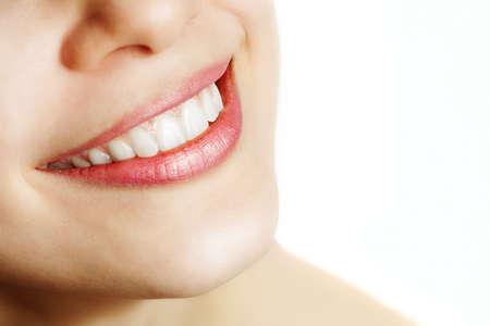 dientes sanos: Dulce sonrisa de mujer con dientes sanos sobre blanco