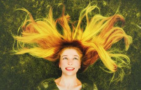capelli lunghi: Happy giovane donna con i capelli lunghi piacevole su prato Archivio Fotografico