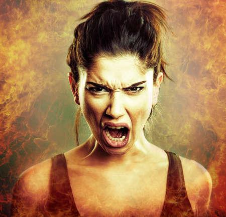 explosión de rabia. Grito de la mujer joven enojado
