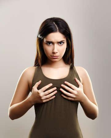 작은 크기의 가슴을 가진 젊은 여성