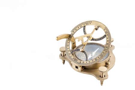 reloj de sol: Antiguo reloj de sol, la br�jula n�utica aislado en un fondo blanco Foto de archivo