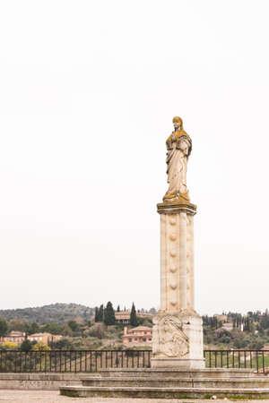 risky love: Statua della Vergine Maria su una colonna a Toledo (Spagna)