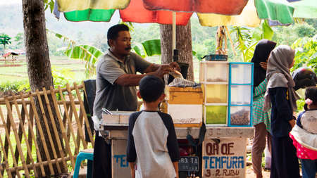 Ponorogo, Indonesia- 01012020: Street vendors are serving buyers. Business methods like this have a sizable profit potential with little capital 新聞圖片