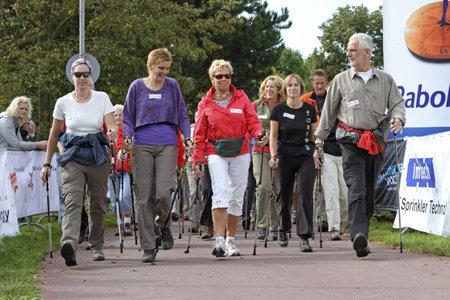 ancianos caminando: RIDDERKERK, la Holanda - 18 de septiembre de 2010: El inicio del circuito de 6,3 km de caminata n�rdica de Rabo Oosterparkloop para todas las edades.