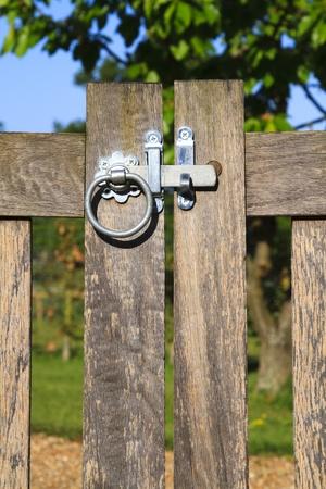 or lock up: Practicables port�n de madera en la Inglaterra rural en un d�a soleado