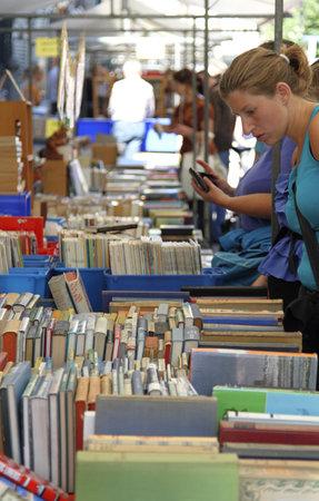 exhibition crowd: Dordrecht, Paesi Bassi - 3 luglio: Donna guardando i libri esposti su una bancarella Domenica 3 luglio 2011 a Dordrecht. Il mercato del libro famoso e fiera si svolge ogni anno nella citt� di Dordrecht