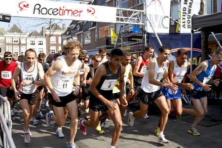 empezar: Dordrecht, Pa�ses Bajos - 25 de septiembre de 2011: Los corredores comienzan la Drechtstedenloop sexto en Dordrecht el 25 de septiembre de 2011. La media marat�n es un circuito urbano que atraviesa la ciudad vieja.