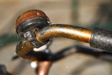 retro bicycle: Rusty manillar y timbre de bicicleta cerca