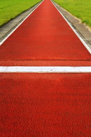 salto largo: Pista de salto de longitud en un estadio de deportes y atletismo