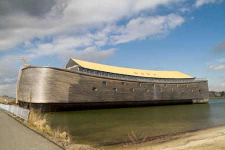 historias de la biblia: Dordrecht, Países Bajos - 18 de marzo de 2013:? Acaba de terminar de tamaño completo réplica de Noah Ark s acoplado listo para los visitantes en Dordrecht. Esto es Huibers John, un contratista famoso edificio holandés, arca segundo;? La primera, una réplica de tamaño medio se terminó en