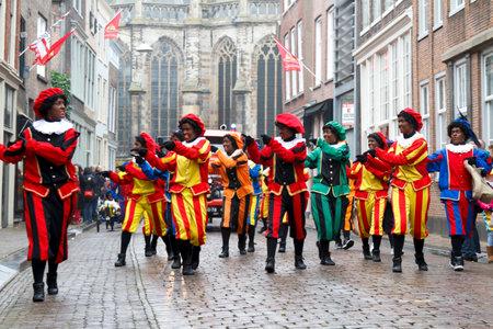 DORDRECHT, NEDERLAND - 17 november Dansers verkleed als Zwarte Piet deelnemen aan een parade vieren van de komst van Sinterklaas op 17 november 2012 in Dordrecht, Nederland
