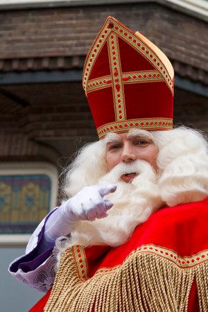 DORDRECHT, NEDERLAND - 17 november Sinterklaas op zijn witte paard door de straten van Dordrecht wijst naar het publiek op 17 november 2012 in Dordrecht, Nederland