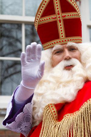 DORDRECHT, NEDERLAND - 17 november Sinterklaas op zijn witte paard door de straten van Dordrecht zwaaien naar de kinderen op 17 november 2012 in Dordrecht, Nederland