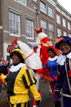 DORDRECHT, NEDERLAND - 17 november Sinterklaas op zijn witte paard rijden door de straten van Dordrecht met Zwarte Piet als escort op 17 november 2012 in Dordrecht, Nederland
