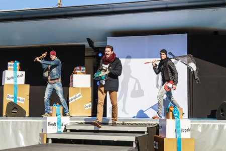 modelos hombres: Dordrecht, Pa�ses Bajos - 29 de septiembre 2013: libre de entretenimiento y desfile de moda en la plaza principal que organiza el Ayuntamiento. Los modelos masculinos entretienen en la pasarela mostrando la nueva colecci�n. Editorial