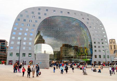 ROTTERDAM, 네덜란드 - 2014 년 10 월 19 일 : 건설 5 년 후 시장 홀이 열려 있습니다. 시장 홀 (Market Hall)은 네덜란드 최초의 시장 마켓이며 유럽 최대 시장 마