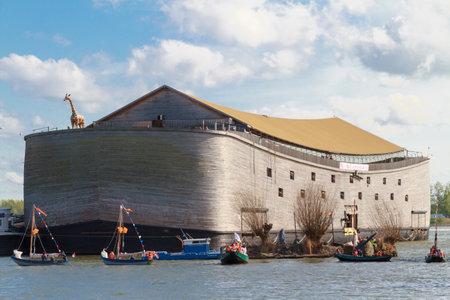 DORDRECHT, Holanda - 27 de abril, 2015: Flotilla de barcos, incluyendo una réplica del Arca de Noé en el río Oude Maas por Dordrecht en la celebración del Día de Reyes, una fiesta nacional en los Países Bajos. Editorial