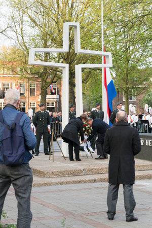DORDRECHT - PAÍSES BAJOS - 4 DE MAYO DE 2017: Alcalde Peter van der Velden que pone flores en el monumento de la guerra en Sumatraplein en el día nacional de la conmemoración en Dordrecht.