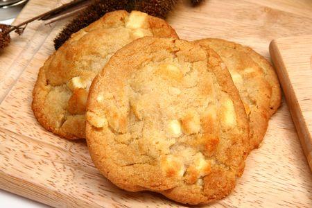 macadamia: Chocolat blanc et noix de macadamia cookies dans la cuisine ou de restaurant.