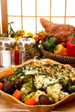 strata: Spinaci Feta Strata e verdure al forno alle erbe in cucina o ristorante. Archivio Fotografico