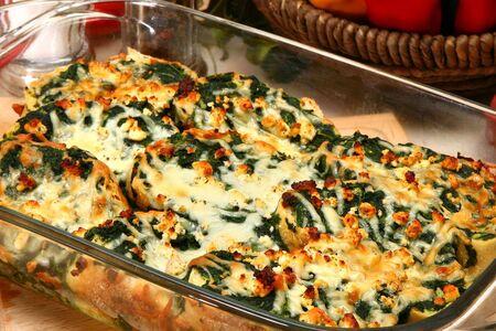 strata: Spinaci Feta Strata in cucina o ristorante.