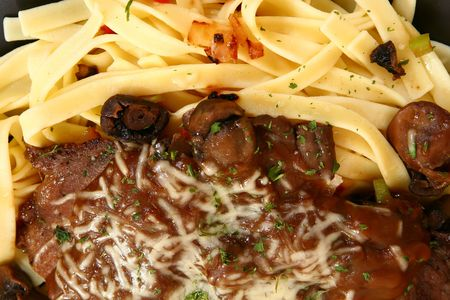 ed: Thin slices of sirloin saut�ed with onions and peppers with creamy brown gravy and mushrooms. Focus on meat and sauce.