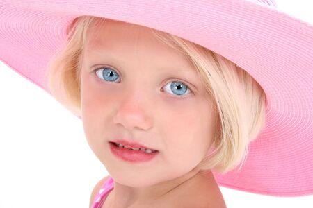 Hermosa joven con el pelo rubio y ojos azules brillantes de color rosa en un sombrero. Filmada en el estudio sobre blanco con la Canon 20D.