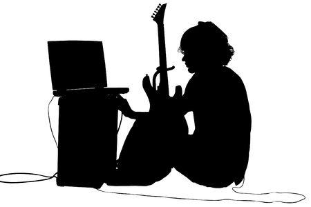 白のシルエット。ギター、アンプ、コンピューターと 10 代の少年。