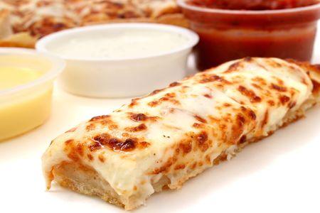 Neem de kaas pizza sticks met een container van marinara saus, ranch dressing en knoflook boter. Focus op pizza stokje voor.