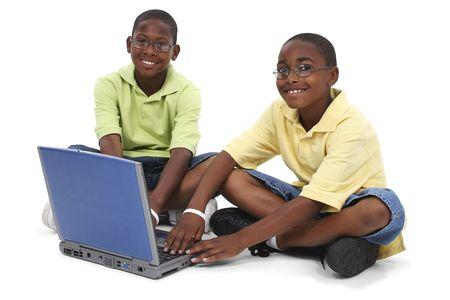Brothers Arbeiten an Laptop-Computer sitzen auf dem Boden. Shot im Studio über Weiß mit dem Canon 20D. Standard-Bild - 4108437