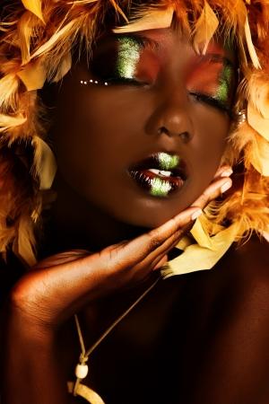 연극 메이크업에 아름 다운 아프리카 계 미국인 여자를 닫습니다. 스톡 콘텐츠