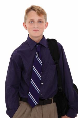 blonde yeux bleus: Attrayante jeune garçon américain en chemise et cravate avec sac à dos sur fond blanc.