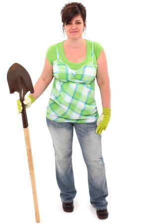Aantrekkelijke 45-jarige dikke vrouw met schop en tuin handschoenen over een witte achtergrond.