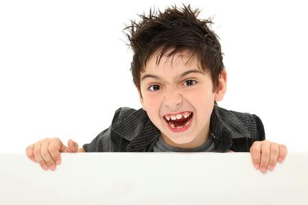 ni�os con pancarta: Ni�o 8 a�os adorable y divertido hacer tonta cara animal mientras mantiene el lienzo en blanco sobre blanco. Foto de archivo