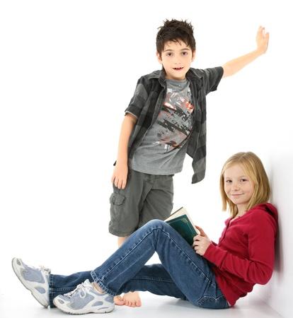 Beautiful young Girl Student mit Buch sitzen an der Wand.  Junge hinter ihr. Standard-Bild - 9739072